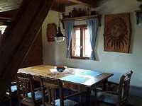 jídelní stůl - chalupa k pronajmutí Oldřichov v Hájích