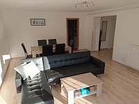obývací pokoj s jídelním koutem - apartmán k pronájmu Albrechtice v Jizerských horách