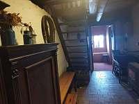 chodba s kamny a dřevem - chalupa ubytování Český Šumburk