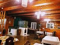 Společenská místnost s kachlovou pecí - chata k pronájmu Janov nad Nisou