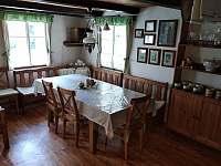 Jídelní stůl ve světnici - pronájem chalupy Zlatá Olešnice