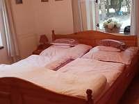 Ložnice s manželskou postelí - chalupa k pronájmu Zlatá Olešnice