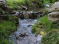 Potok Zlatník u chalupy - ubytování Zlatá Olešnice