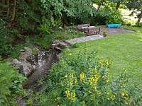 Venkovní posezení u potoka - pronájem chalupy Zlatá Olešnice