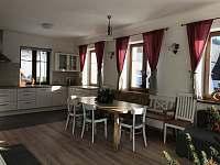 kuchyň se společenským prostorem - chalupa k pronájmu Bedřichov