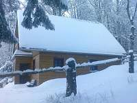 Chata, zima, pohled od cesty
