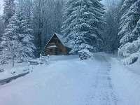 Chata, zima, přístupová cesta - Fojtka
