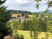 Protější kopec domu a pohled na Bedřichov. -