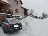 Pohled z hlavní (příjezdové) silnice. 2-3 parkovací místa - Albrechtice v Jizerských horách