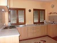 kuchyň s podlahovýn topením - chatky k pronajmutí Desná