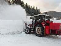 obec upravuje příjezd v zimě - chatky k pronájmu Desná