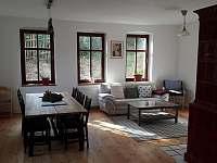 Obývací pokoj a jídelna pro posezení s přáteli - chalupa k pronájmu Liberec - Starý Harcov