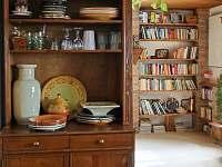 z kuchyně do obývacího pokoje