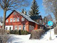 Zimní chalupa - pohled od příjezdu z Kořenova - ubytování Horní Polubný