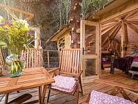 interier treehouse Emanuel propojený s terasou - pronájem chaty Křižany