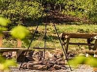 Treehouse Emanuel posezení s grilem - chata k pronajmutí Křižany