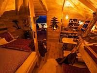 večerní útulný interiér treehouse Emanuel - pronájem chaty Křižany