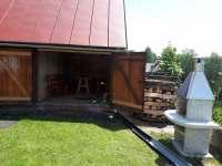 Venkovní kryté sezení a venkovní gril - pronájem chalupy Polubný