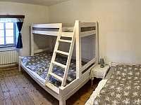 ložnice s pěti lůžky - manželská postel, dvoulůžkou pod palandou a palanda - pronájem apartmánu Tanvald