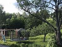 Pohled do zahrady na dětské hřiště - apartmán k pronajmutí Tanvald