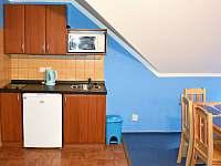 kuchyňka v modrém apartmánu - Hrabětice