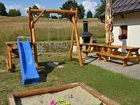 nové dětské hřiště a posezení s grilem