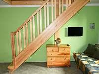 nové schodiště v zeleném apartmánu - pronájem chaty Hrabětice