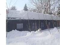 Pohled ze zadní části, zasněžené chaty