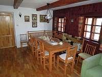Obývák, jídelní stůl - pronájem chalupy Fojtka - Mníšek