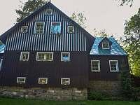 Pohled ze zahrady domu Roubenka Javorka - pronájem chaty Desná
