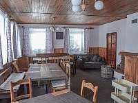 Společenská místnost - chata k pronajmutí Desná