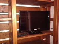 Regál s TV v obytné místnosti