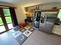 Společenská místnost s kuchyní - chalupa k pronajmutí Polubný