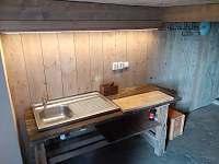 Masivní stůl s dřezem v pivnici - Nová Ves nad Nisou