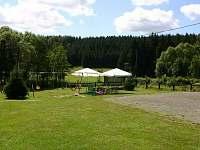 dětské hřiště s posezením