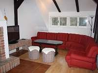 Apartmán č.2 - obývací pokoj s krbem