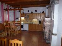 kuchyň s barovým pultem - pronájem chalupy Dolní Maxov