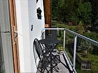 Balkónek u vchodu - apartmán k pronájmu Jablonec nad Nisou