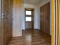 Prostorné zádveří s vestavěnou skříní - apartmán ubytování Příchovice