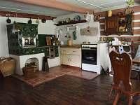 Sednice - kuchyně s kachláky - chalupa k pronajmutí Nová Ves nad Nisou