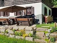 Terasa se slunečníkem - chalupa ubytování Desná