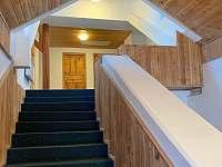 horní schodiště - chata k pronájmu Albrechtice v Jizerských horách