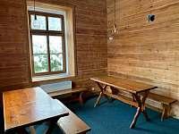 společenská místnost zadní část - chata k pronajmutí Albrechtice v Jizerských horách
