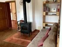společenská místnost - posezení u kamen - chata ubytování Josefův Důl