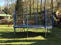 trampolína na zahradě - chata ubytování Josefův Důl
