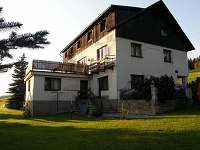 Chata U Lanovky - pohled z parkoviště - k pronajmutí Rejdice