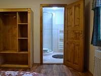 dvoulůžkový pokoj v patře s vl. soc. zařízením a možností dětské postýlky