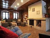 relaxační místnost s krbem