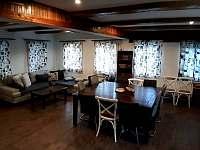Společenská místnost s kuchyní - chata k pronájmu Bedřichov