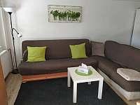 Obývací část s posezením - chata k pronajmutí Bedřichov